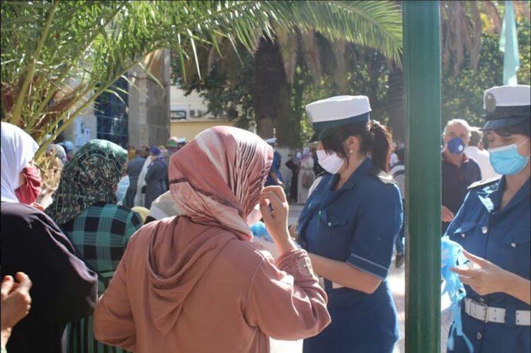 شرطيات يراقين مواطنات